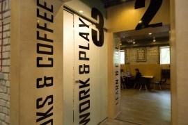 Цельностеклянные перегородки можно изысканно применять в зданиях кафе и ресторанов!