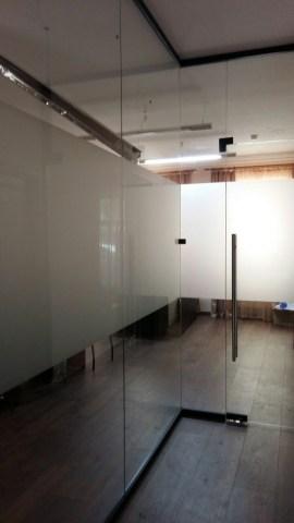 Цельностекляная перегородка с матовым стеклом в офисе